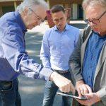 Beim Ortstermin erläutern die Architekten Wilhelm Pörtner (l.) und Norbert Ahmann (r.) dem Schulleiter ihre Neubau-Planung